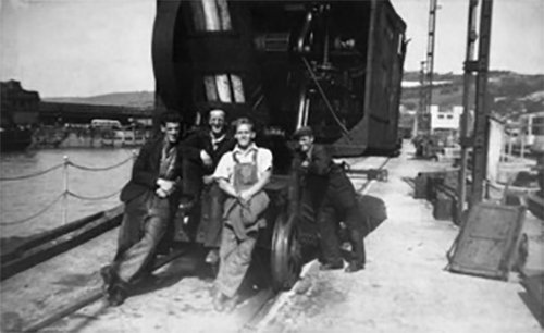 Workers in front of the  Steam Crane, Western docks